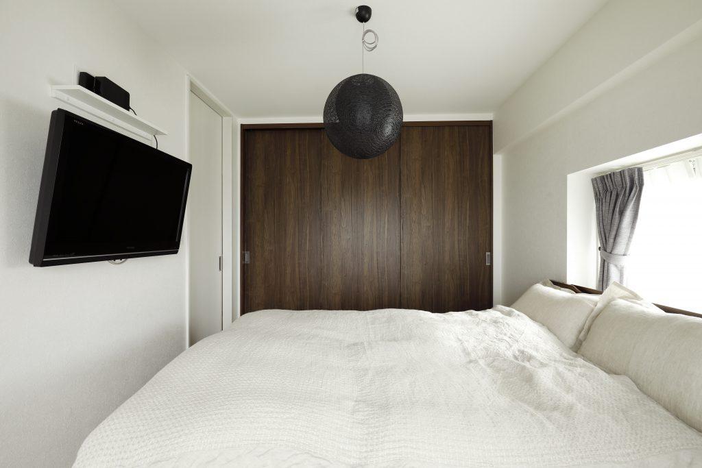 【寝室】TVも壁掛けにして、生活感を感じさせない工夫を取り入れました。