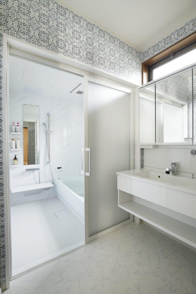 【浴室】白を基調とした清潔感のあるお風呂と洗面所に仕上げる事で毎日のバスライフが楽しいものになりました。