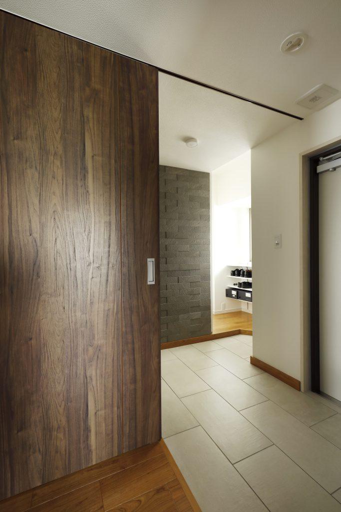 【シュークローク】元々一部屋あった空間をシューズクロークにすることで土間スペースを広く確保する事ができただけでなく、収納量も確保。回遊できる設計にすることで、室内外どちらからも収納する事を実現しました。