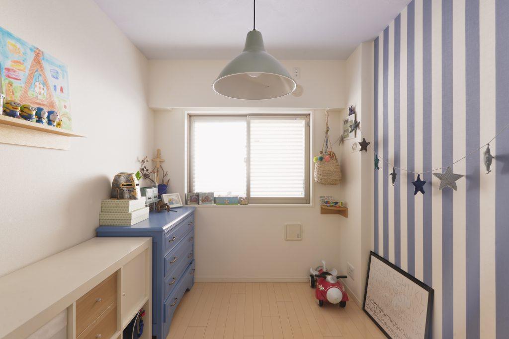 【子ども部屋】ストライプブルーの壁紙と合わせて天井の珪藻土もブルーにしました。