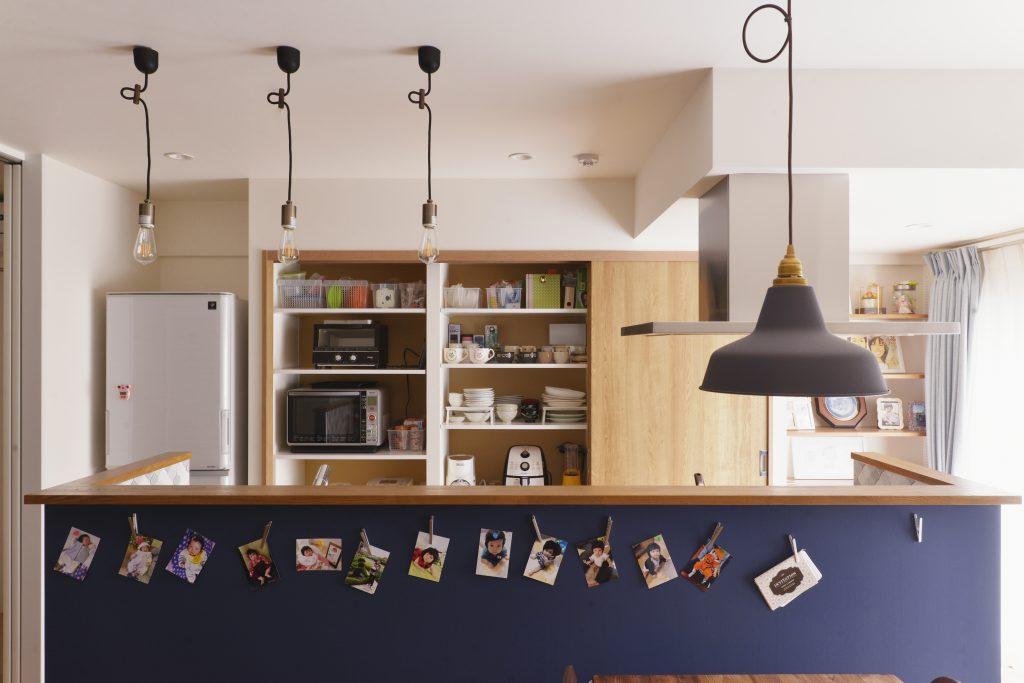 【LDK】キッチンの壁面収納たっぷり収納ができます。奥様の好きな色の壁紙でよりキッチンに立つのが楽しくなるように。