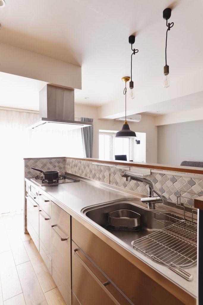 【キッチン】キッチンは念願のオールステンレス。汚れや熱にも強く、ストレスがかからないと聞いて取り入れました。そして、好きな色を組み合わせたコラベルタイルを使用。