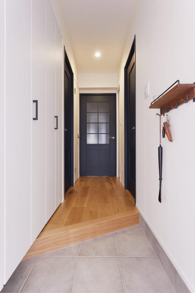【玄関】少しでも広く見えるように斜めの框に。こだわりの扉が出迎えてくれます。