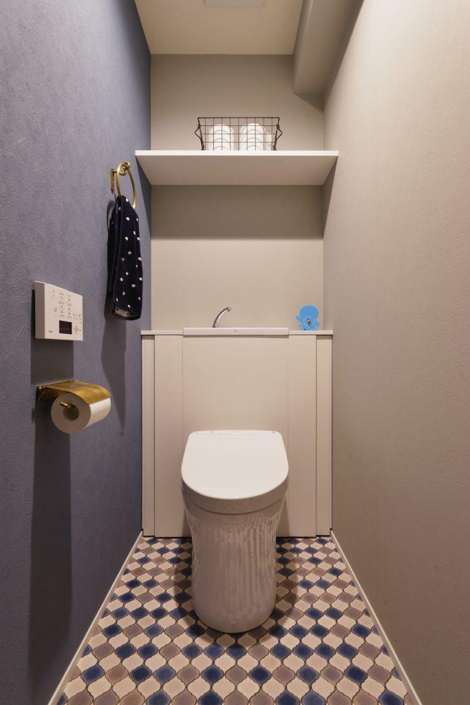 【トイレ】好みの内装で仕上げました。後ろに収納もたっぷり。