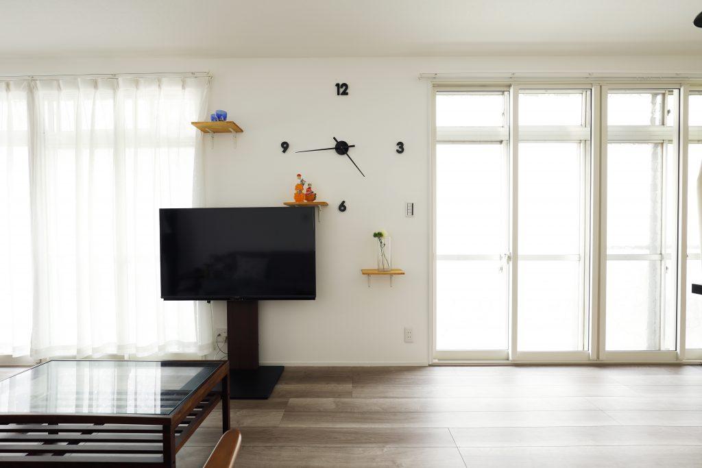 【リビングダイニング】お施主様お手製のキャットウォークと時計が白い壁に際立ちます。