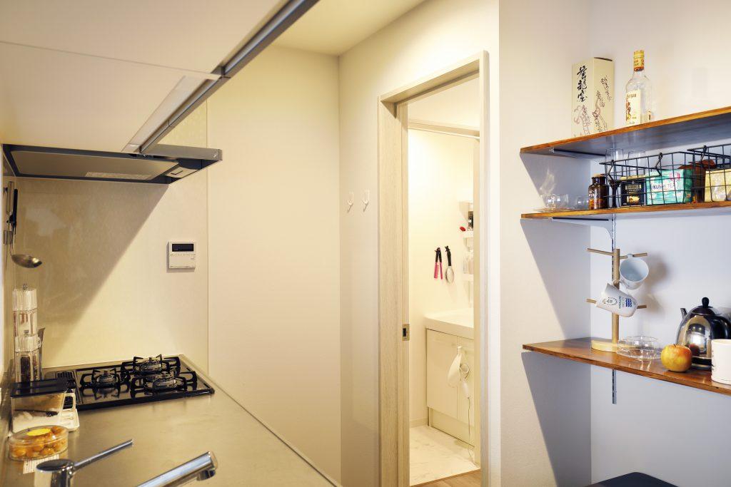 【キッチン】キッチンを中心に、ユーティリティ、洗面脱衣室、浴室、寝室、リビングダイニングが回遊でき、すべての空間を1つの動線でアクセスできます。