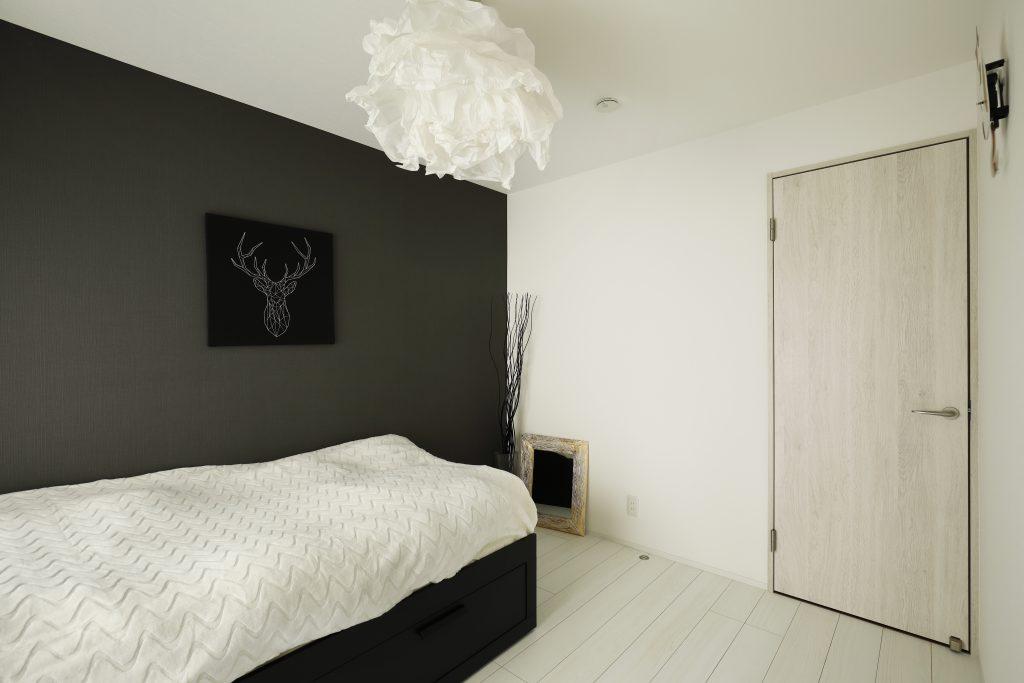 【寝室】他の部屋とフローリングやクロスの雰囲気を変え、モダンな雰囲気へ。お施主様が選んだペンダント照明が良いアクセントに。
