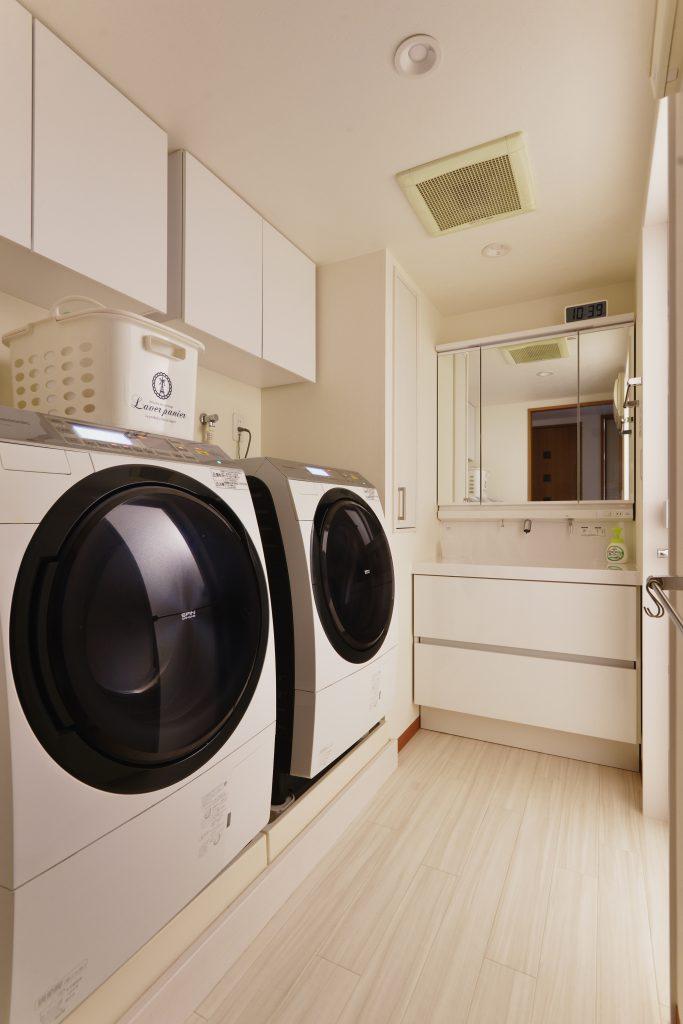 洗濯機が2台置けるように洗濯機と洗面台の位置を逆転。吊戸棚も取り付けて収納もばっちり。洗面横のPSのデッドスペースを活かし収納を増やしました。