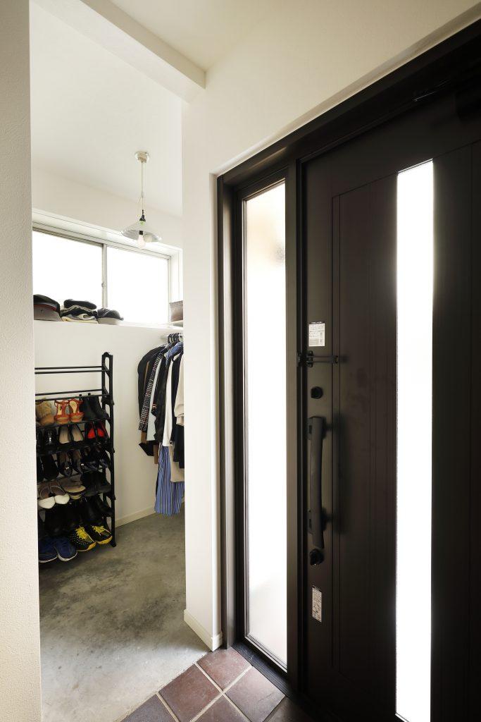 【SIC】玄関横のシューズインクロゼットを設けることで、コートや自転車用品、アウトドア用品の収納を別に設けることができました。