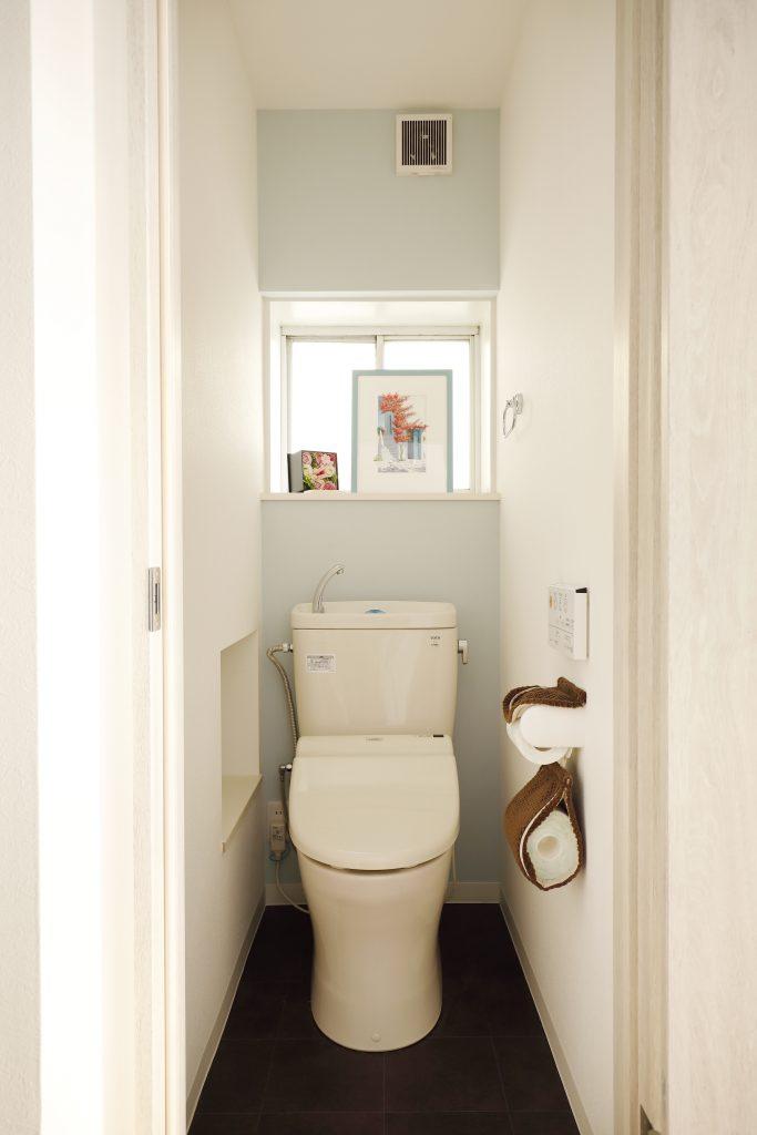 【トイレ】階段下のデッドスペースを活かしてちょっとした収納に。