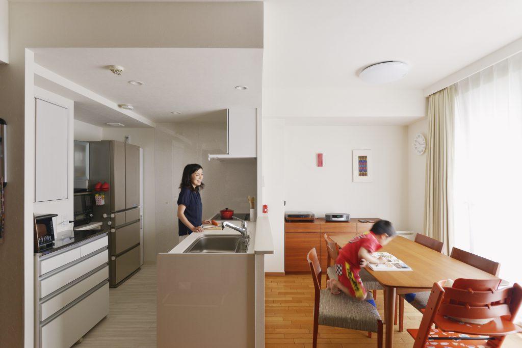 家族で会話しながら作業できる対面キッチン。ふれあいの時間が増えました。