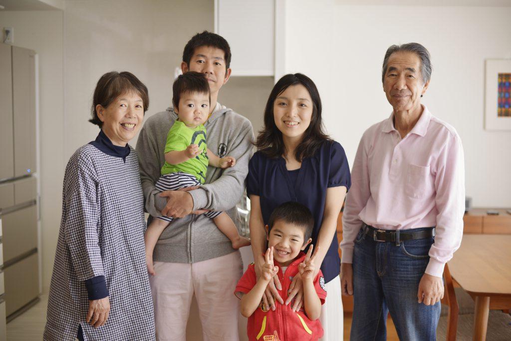 写真撮影のときは奥様と息子さんがモデルを引き受けてくださいました。記念撮影のときも皆さん笑顔が絶えず、仲の良いご家族でした。