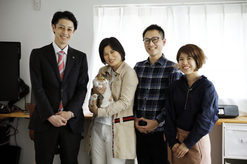 お二人+猫さんの写真を記念に撮らせていただいていたら、お客様から「齋藤さんと鈴木さんも…」と声を掛けてくださり、集合写真を撮らせていただきました。大変いい記念になりました。ありがとうございます。