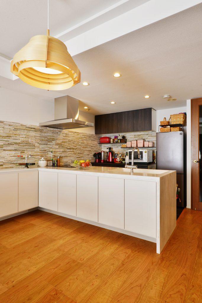 【キッチン】多彩な色使い、様々な素材を重ね合わせて空間を構成。