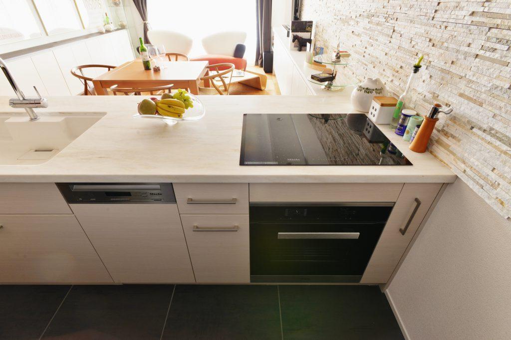 【キッチン】奥様こだわりのキッチン、奥行きを広く取ることで料理の受け渡しもスムーズに。