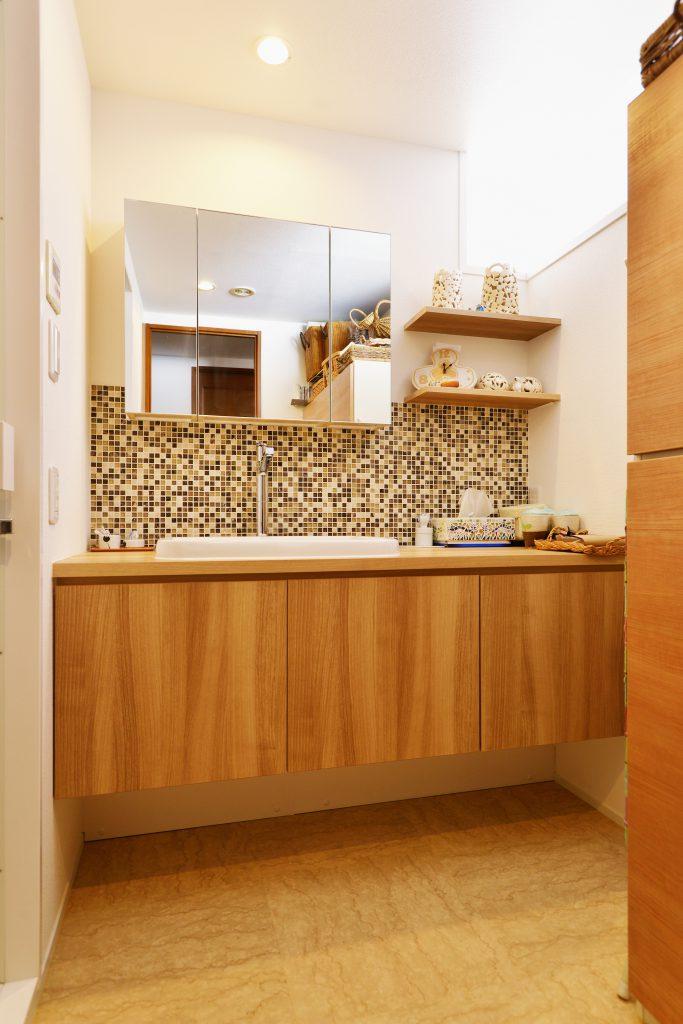 【洗面台】モザイクタイルもあえて規則性を持たせないことによって、飽きさせない工夫を。