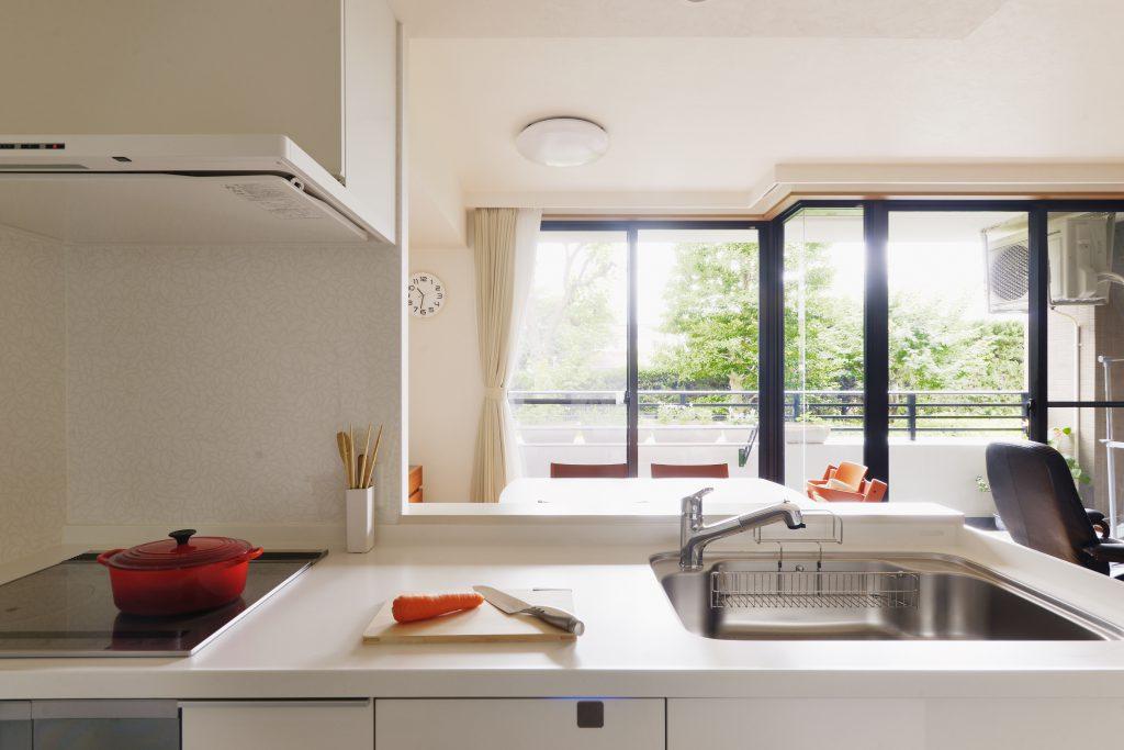 大きな窓に向かってお料理ができる対面キッチン。