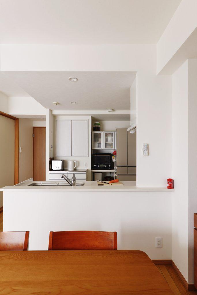 背面にはもともと廊下から使う収納だったのをキッチン側から使えるようにリフォームしました。奥行きのある大容量の食器棚になりました。