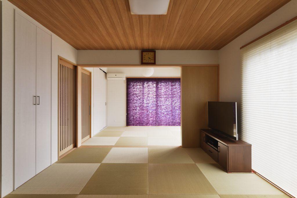 【リビング】畳でつながる空間で、冬には友だちを呼んで恒例の湯豆腐パーティを開くそうです
