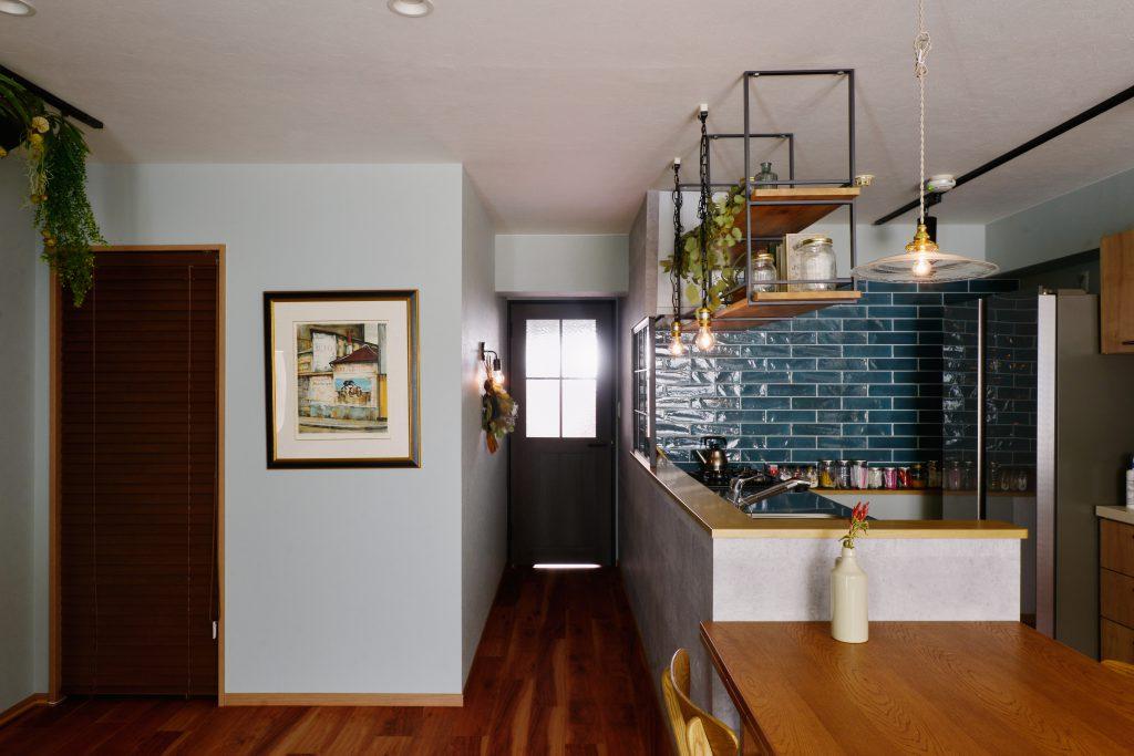 【LDK】キッチン正面の壁にある照明とドライフラワーはお客様のこだわりポイント。お料理をしながら好きなものを眺めることが出来ます。