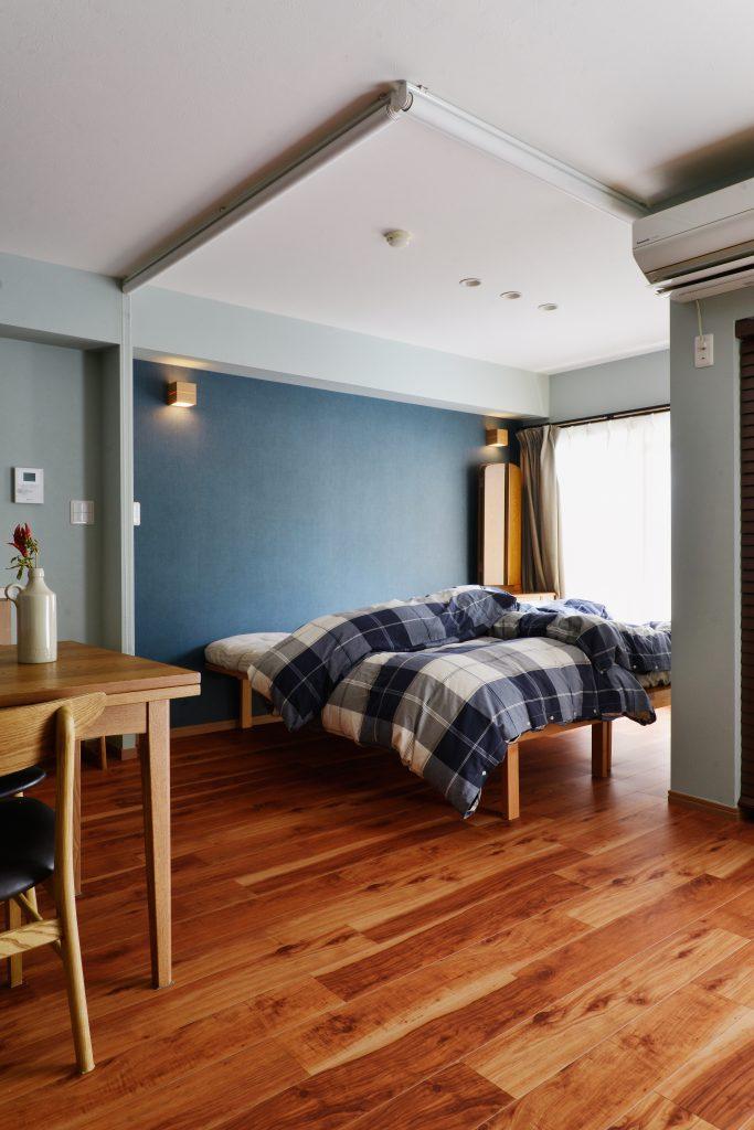 【寝室】LDKとの間仕切りをロールスクリーンにすることで、普段オープンにしているときは、LDKと一体となりひろい空間に。来客時には閉めて寝室を隠せます。