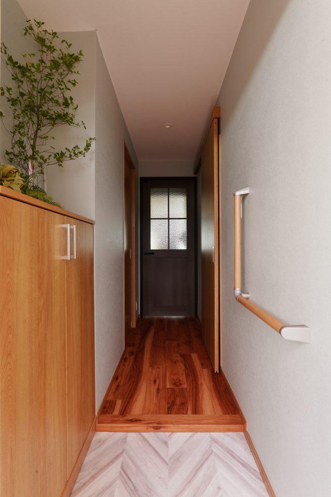 【玄関】長く住むにあたり、お母様とお父様の今後も考え、玄関に手摺を取り付けることをご検討いただきました。