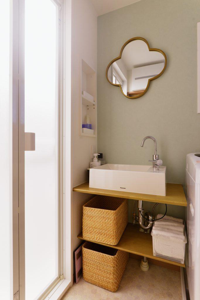 【洗面】収納が不足しがちな造作洗面ですが、壁埋め込み収納を作ることですっきりとした収納場所を確保しました。