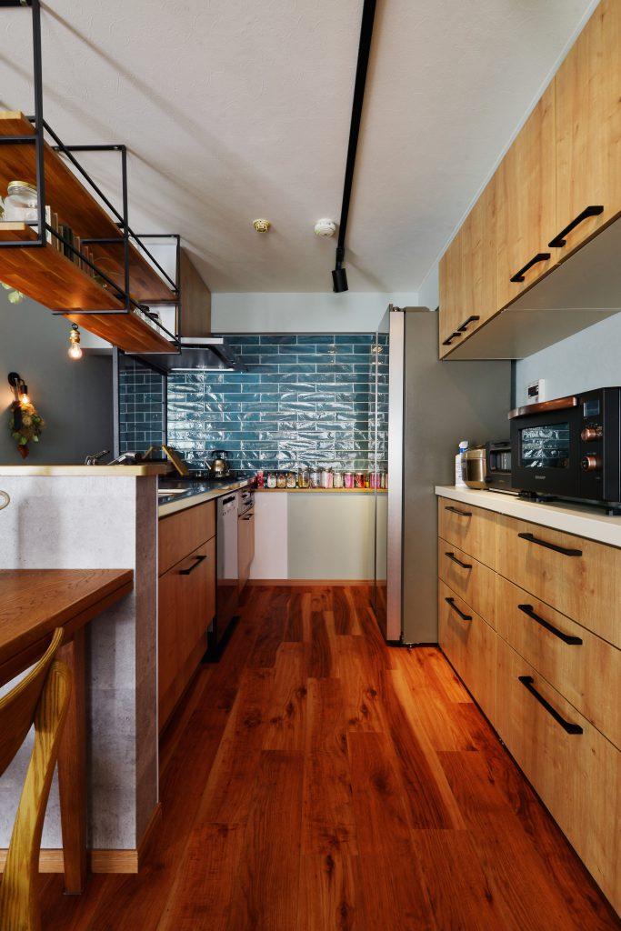 【キッチン】正面はキッチン移設に伴い必要となってしまった配管を隠すためのカウンター。