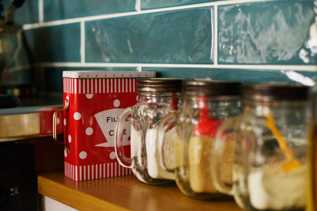 【キッチン】配管を隠すためのカウンターはおしゃれな調味料置き場として活用いただけました。