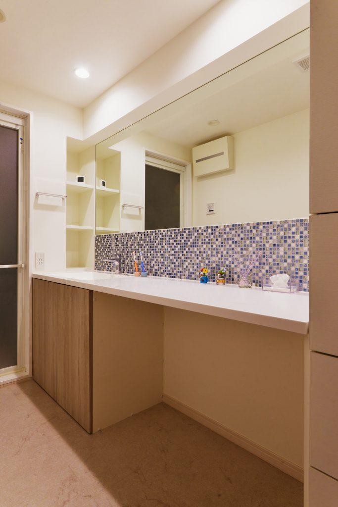 【洗面室】洗面スペースは、お化粧もできるゆったりした場所。ブルーのモザイクタイルがかわいくて、お化粧する気分も上がります♪