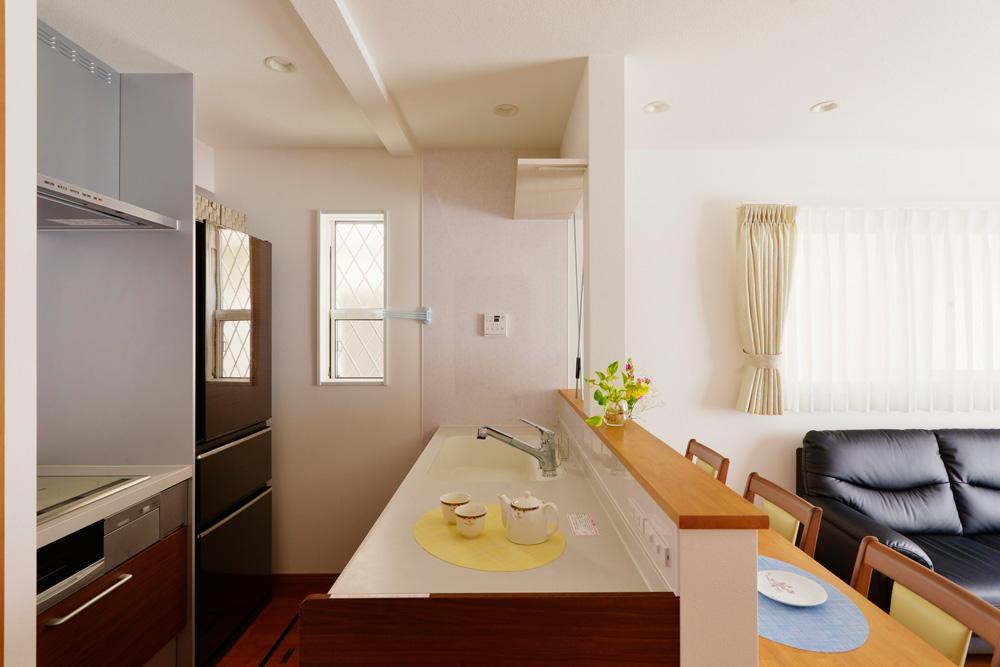 【リビングダイニング】リビングの窓からの採光もプラスされて、キッチンをいつも明るく。