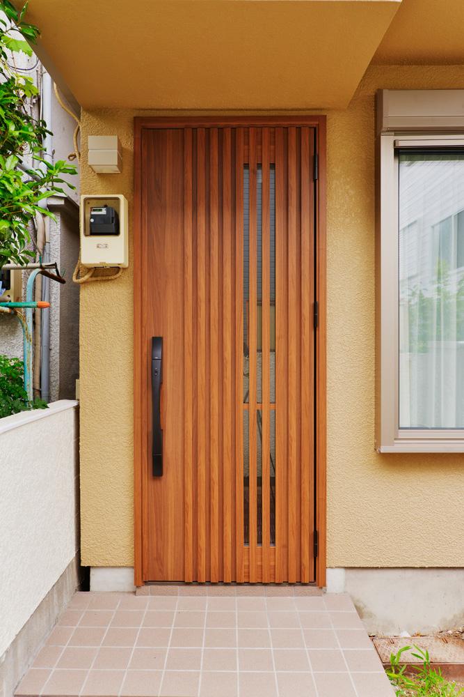 【玄関ドア】屋根外壁・玄関ドアも温かみのある佇まいに。