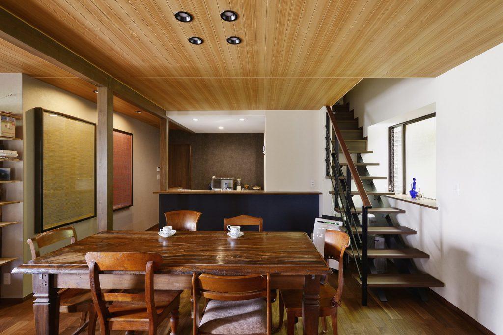 【ダイニングキッチン】階段の位置を変更することで廊下・階段スペースをLDKに取込み、季節行事で親戚が集まってもゆとりのある空間に。