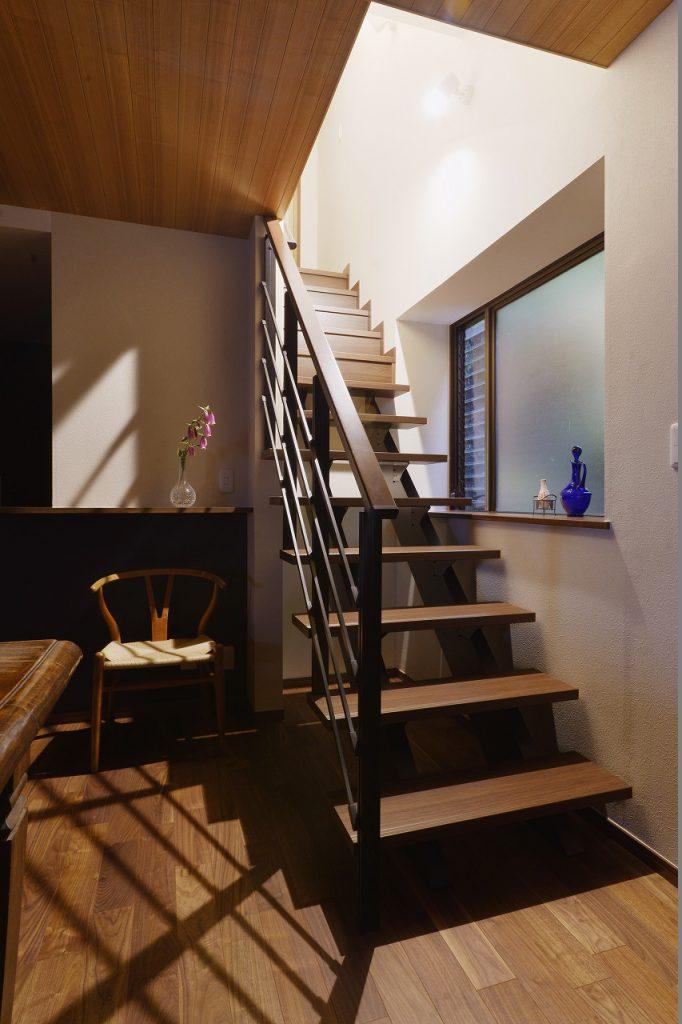 【階段】2階に上がるのが一苦労だった急勾配の階段をなだらかな階段へ。