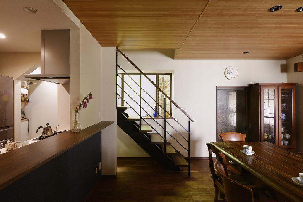 【階段】当初2階の減築も検討していたが、階段を架け替えることで昇り降りがラクになり、2階空間の有効活用につながった。
