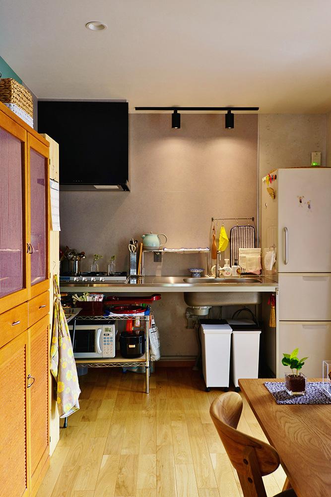 【キッチン】騒音が気になっていた窓は塞いでオープンなキッチンスペースに。