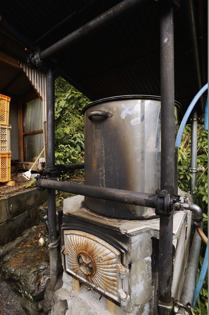 【湯沸し釜】沢の水を薪で沸かしてお風呂に利用。田舎暮らしの最高の贅沢。