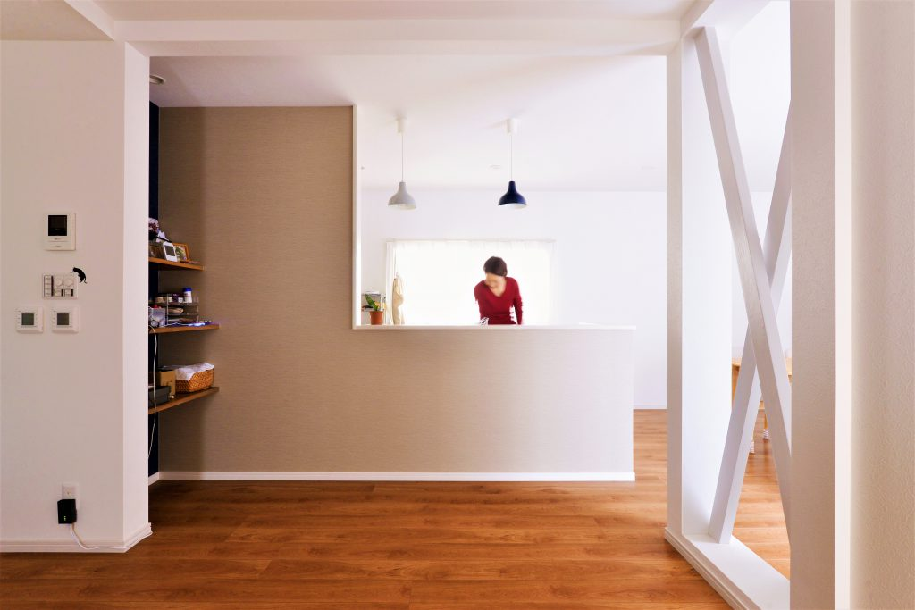 【キッチン】爽やかな光が入るキッチン。色違いのペンダントライトは、奥様のチョイス。