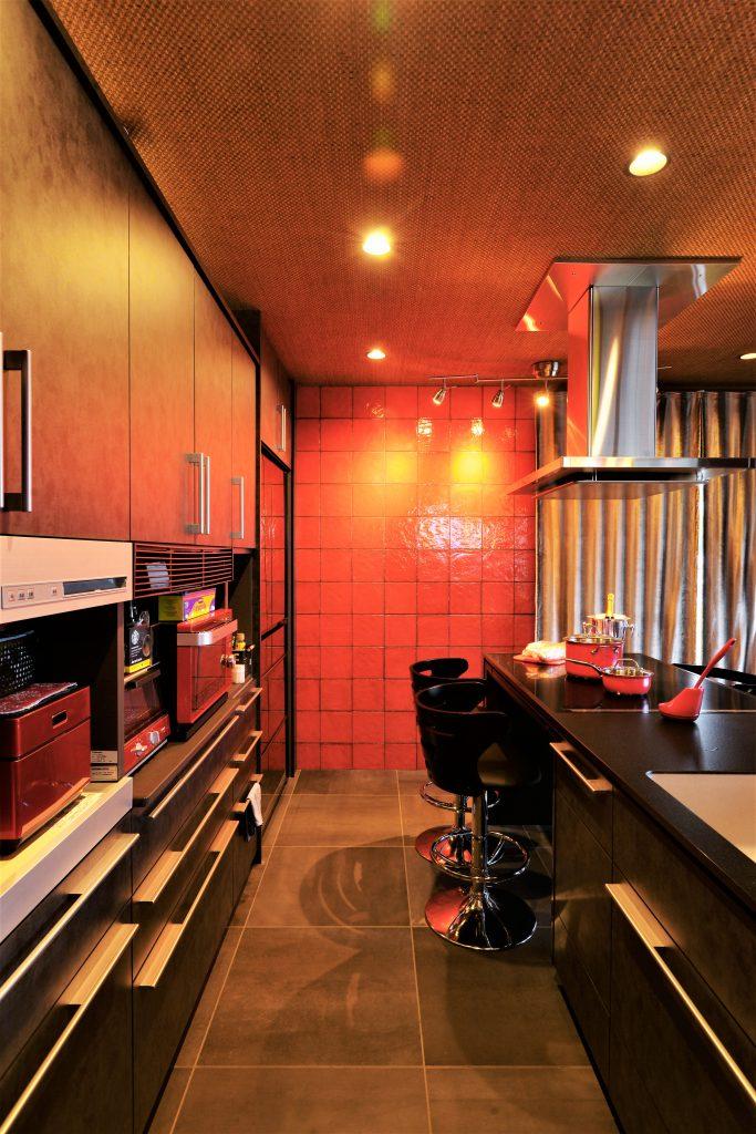 【ダイニングキッチン】色味にこだわって選んだ赤いタイル。目地色をブラックにすることでクールな印象に。