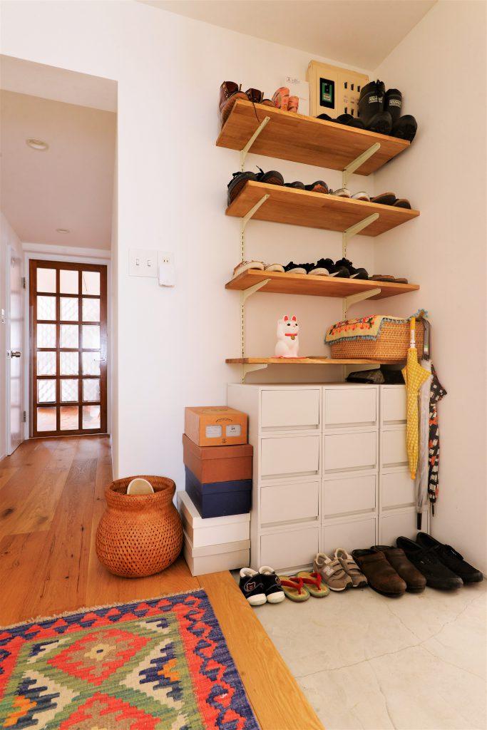 【玄関廊下】玄関収納棚もご主人様のDIY作品。 家族にちょうど良い使い方を実現。