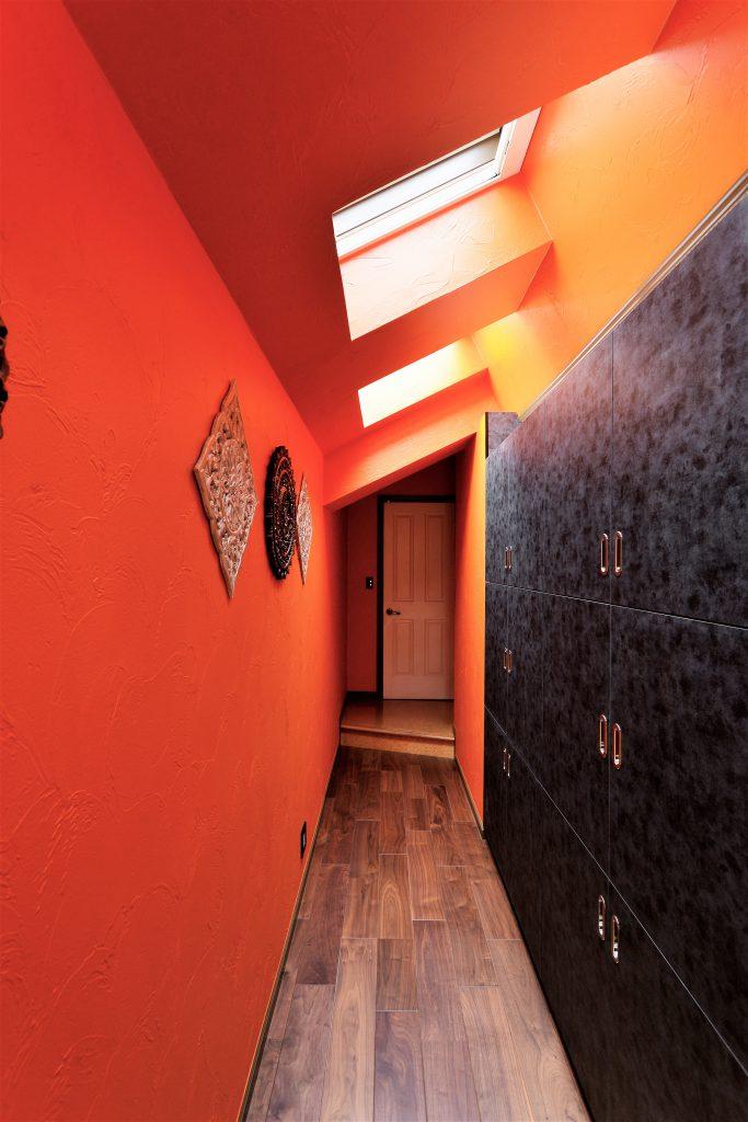 【廊下】キッチンと同じ面材で造作した廊下収納。マットなブラック色が空間を引締めます。