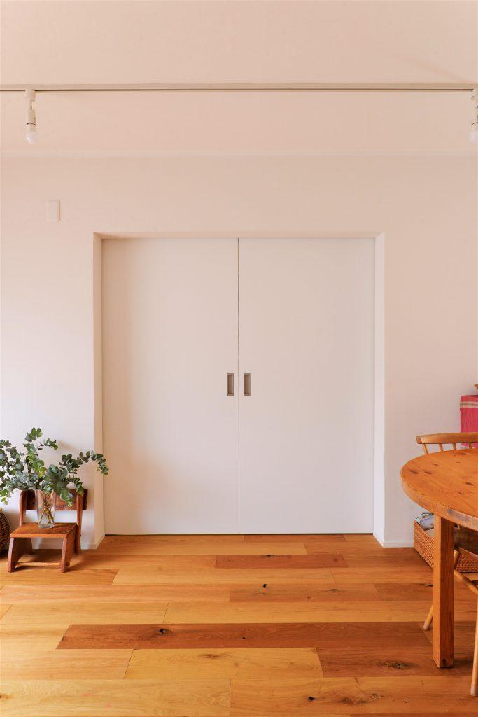 【LDK・書斎】スッキリとしたデザインの引き戸。