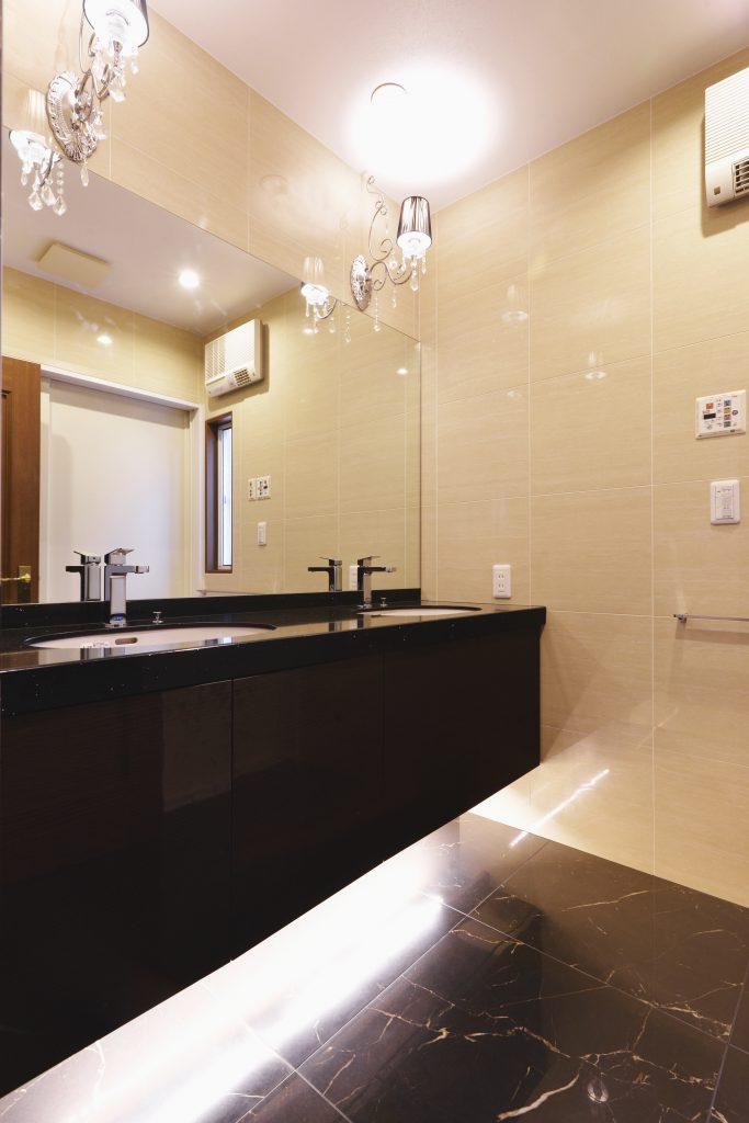 【洗面室】オーダー洗面台と、輝くシャンデリア。海外のホテルのような、優雅な空間に仕上がりました。