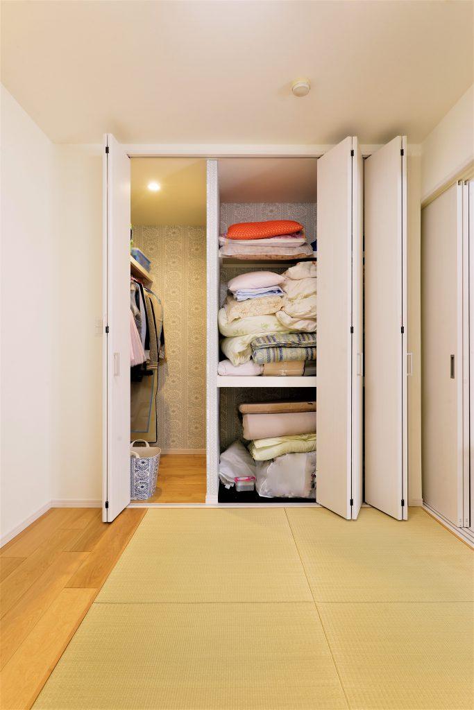 【和室・WIC】和室の隣には、布団も洋服も収納できるWIC。中の壁紙は奥様のお気に入り。