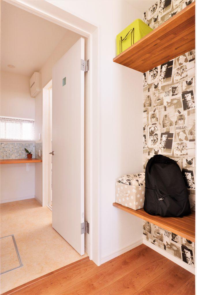 """【ホール】玄関から帰るとあるのが、この""""おかえりコーナー""""。大好きなネコちゃん柄の壁紙で個性的に。"""