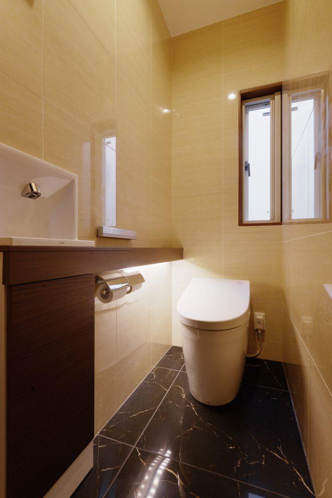 【トイレ】洗面室とデザインを合わせて、家に一体感を。カウンターからこぼれる明かりは、E様のこだわりです。