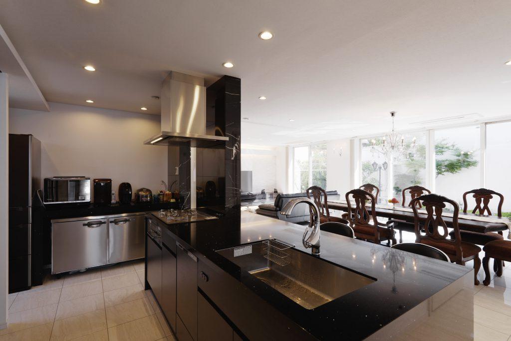 【キッチン】眺めが最高のキッチン。奥には、絶対入れたかった業務用冷蔵庫もぴったり収まっています。