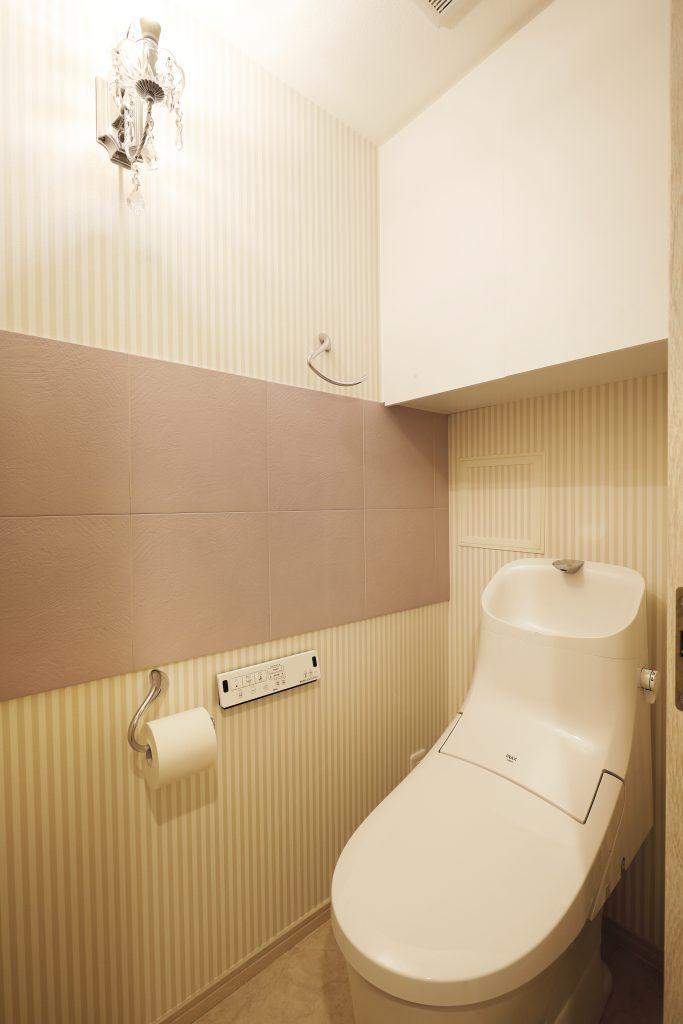 【トイレ】ラベンダー色のエコカラットとクリスタルのシャンデリアで、トイレを華やかに。
