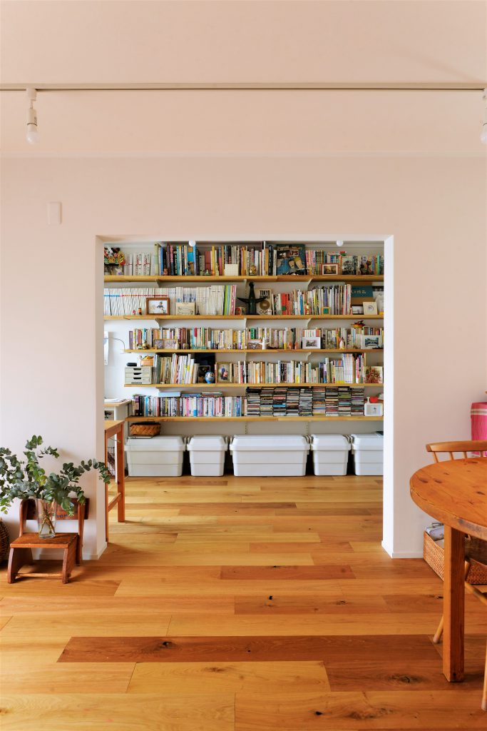 【LDK・書斎】開けている時は扉の存在を感じさせません。 開口部を通して見える本棚はまるで絵画のよう。