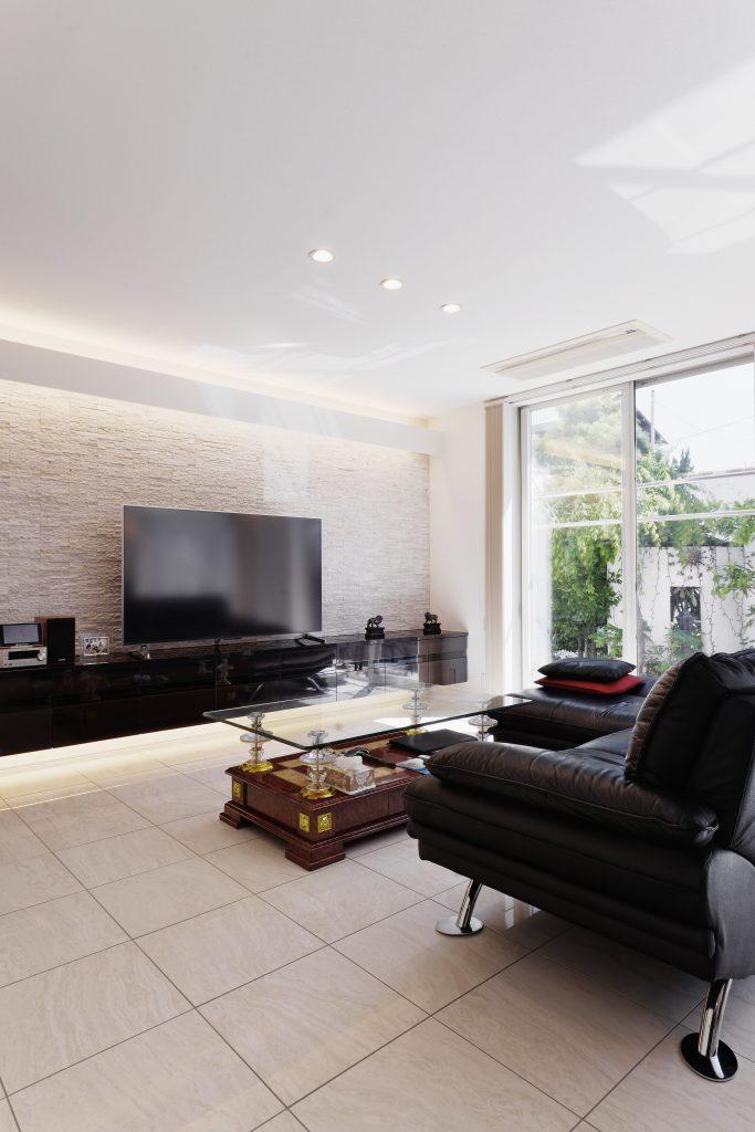 【リビング】大理石と建築家照明の組み合わせは、やっぱり定番。優しく、品のある空間に仕上がります。